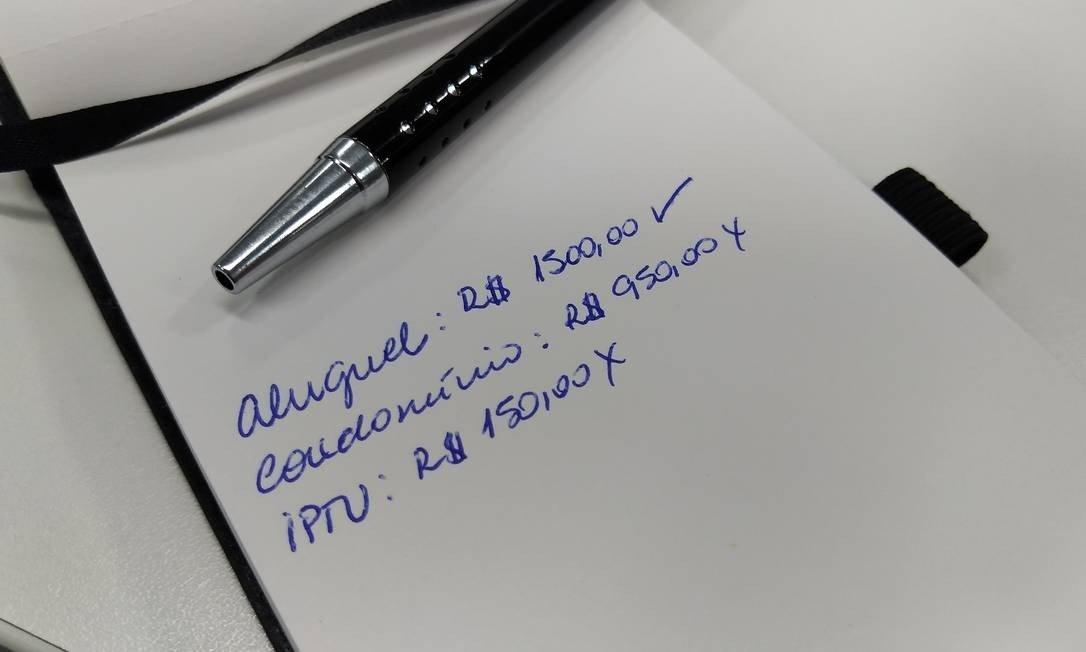 """Foto de bloco contendo papel e caneta para a pauta """"IPTU e taxa de condomínio alta dificultam locação"""" para o Blog da Estasa"""