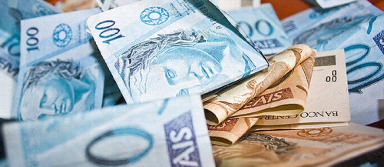 """Foto de Notas de cem e cinquenta reais para a pauta """"Seguro para pagar contas cresce na crise"""" do Blog da Estasa."""