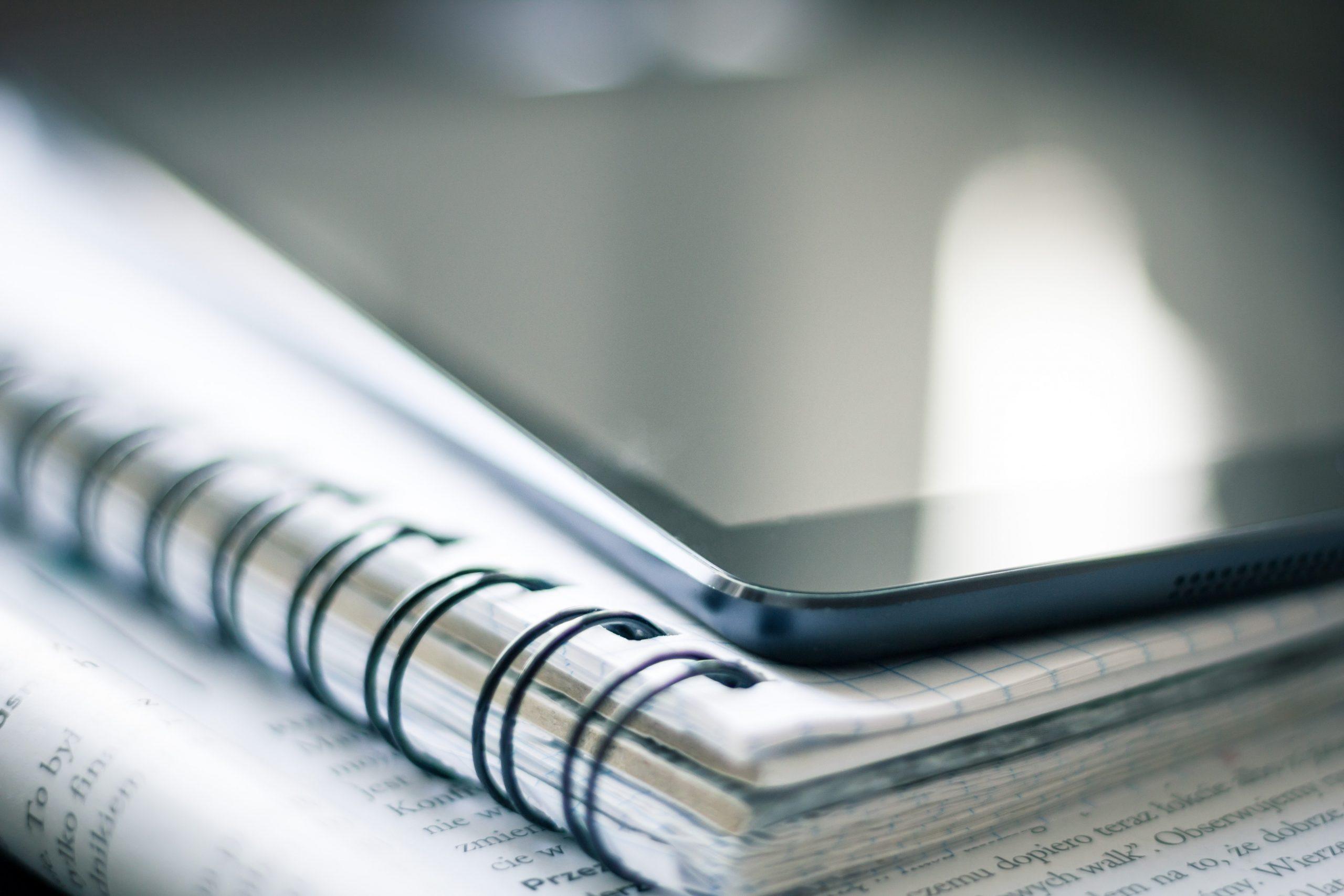 """Foto de caderno e papéis para a pauta """"Seu condomínio possui um seguro de responsabilidade civil?"""" para o Blog da Estasa"""