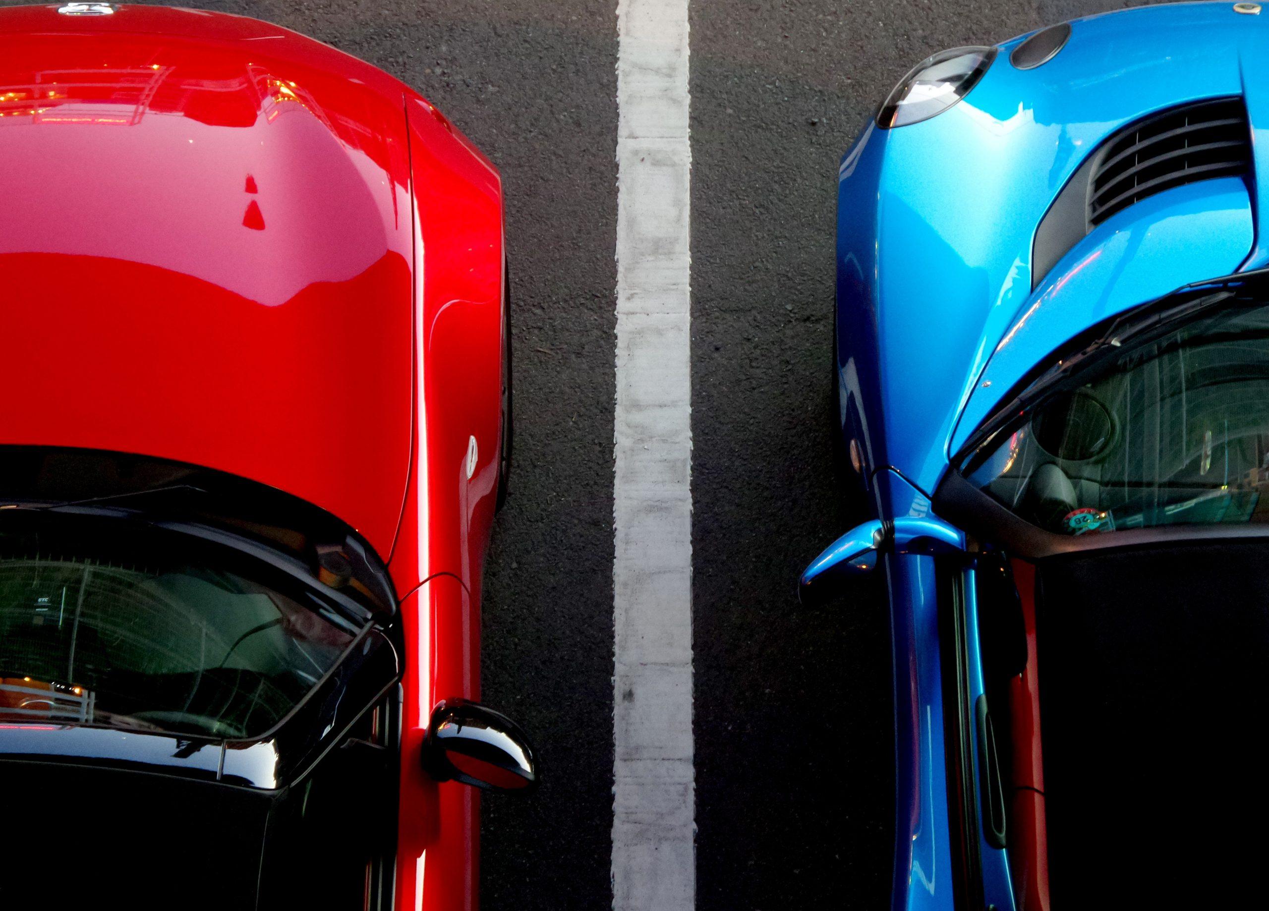 """Foto de dois carros esportivos divindo vagas de garagem para a pauta """"Vagas de visitantes em condomínios: 08 dúvidas mais comuns"""" do Blog da Estasa"""