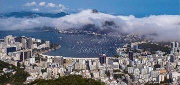 """Fotografia aérea da baia de Guanabara para a pauta """"Valor médio do aluguel no Rio está mais barato"""" do Blog da Estasa."""