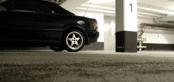 """Foto de um carro estacionado dentro de uma garagem de condomínio para a pauta """"Especialistas indicam bom senso no uso da vaga de garagem"""" do Blog da Estasa"""