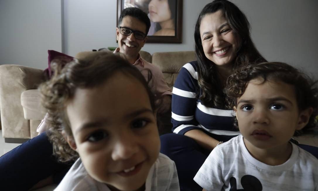 """Foto de uma família para a pauta Crianças no prédio """"É preciso tolerância ou falta empatia?"""" do Blog da Estasa"""