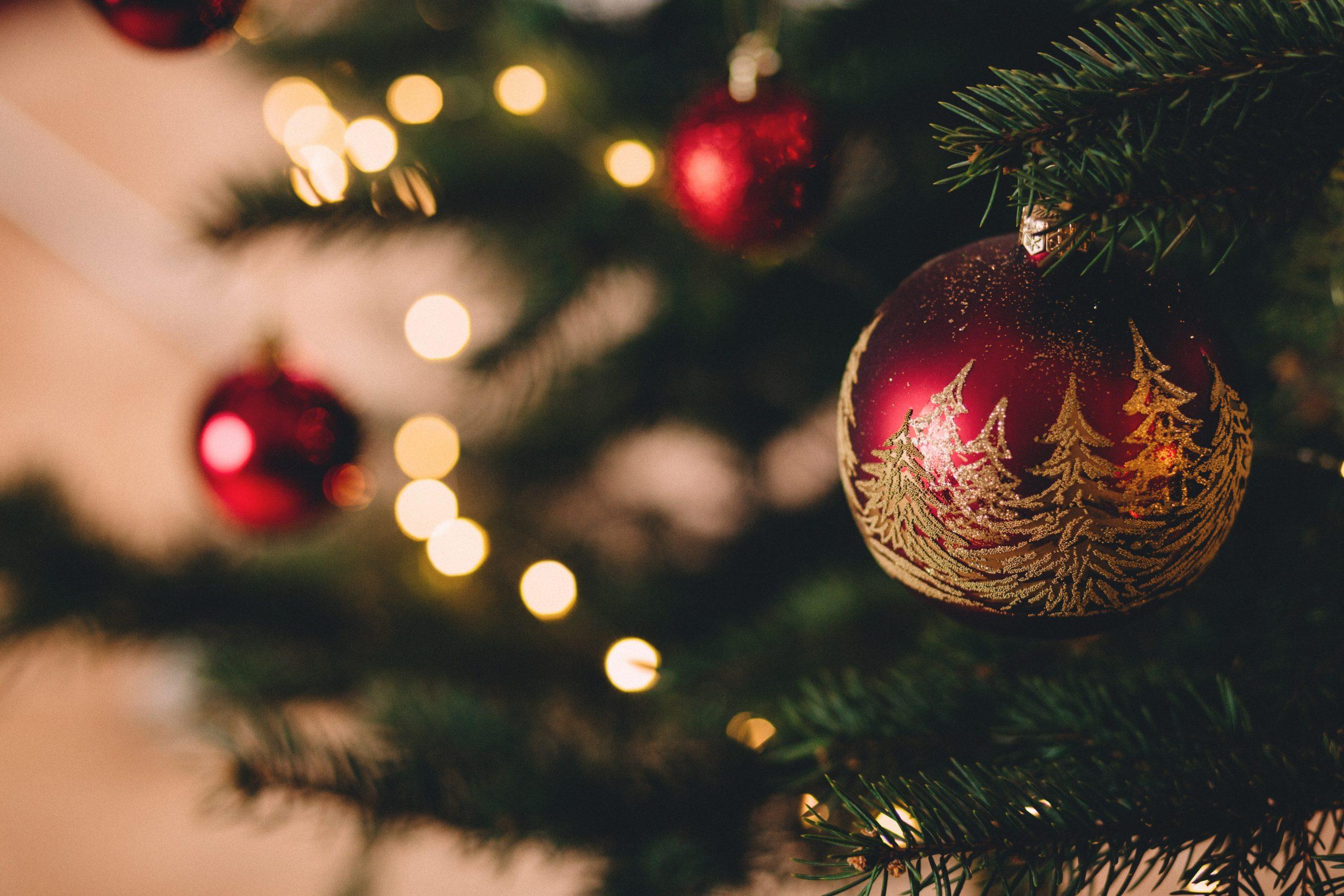 """Foto de bolinhas de Natal presos à uma árvore de Natal para a pauta """"Cuidados na decoração natalina do seu apartamento"""" do Blog da Estasa"""