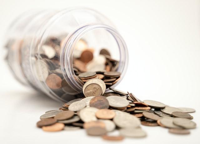 """Foto de um pote com moedas jogadas para a pauta: """"Soluções para atenuar a inadimplência em condomínios"""" para o Blog da Estasa"""