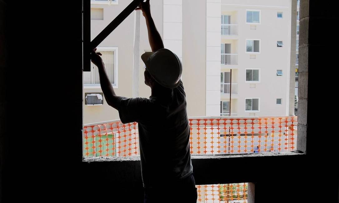 """Foto de um operário trabalhando em um prédio para a pauta: """"Imóvel comercial já tem desconto de aluguel de até 50% na pandemia"""" para o blog da Estasa."""