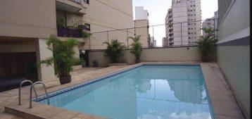 """Foto de uma piscina de condomínio para a pauta: """"Condomínios podem começar a reabrir as áreas comuns. Confira as fases!"""" para o blog da Estasa."""