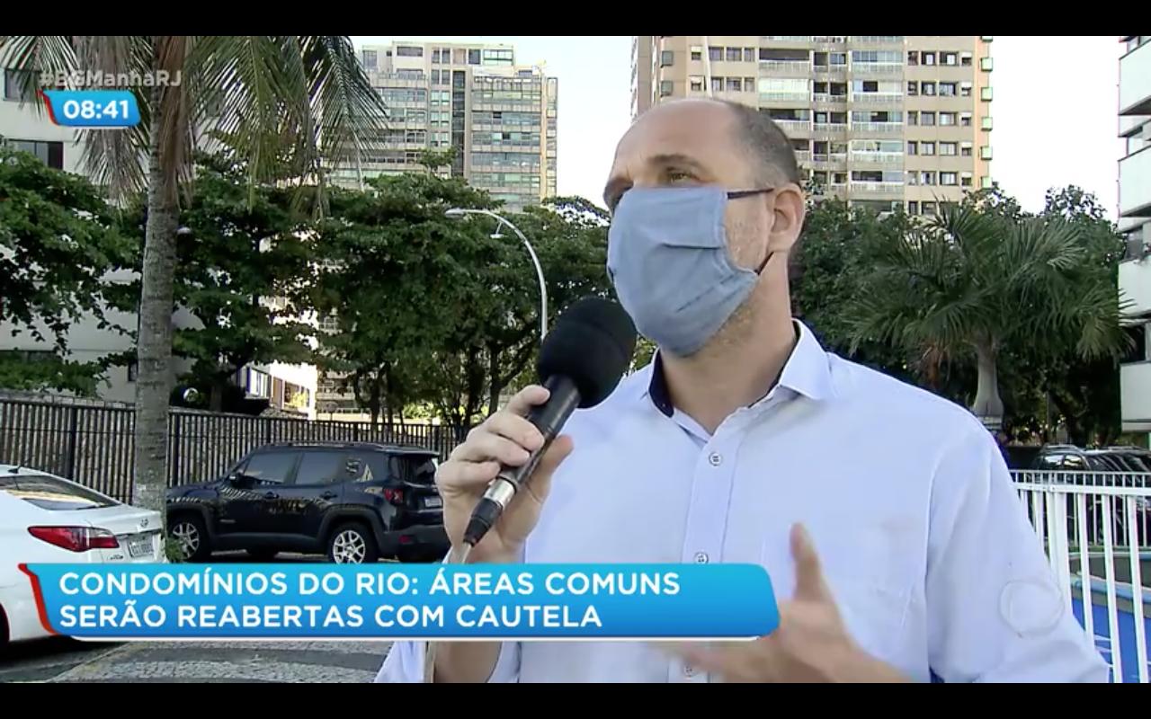 """Foto do diretor da Estasa, Luiz Fernando Barreto, sendo entrevistado para a Record TV (R7) para a pauta: """"Reabertura das áreas comuns em condomínios"""" para o Blog da Estasa"""