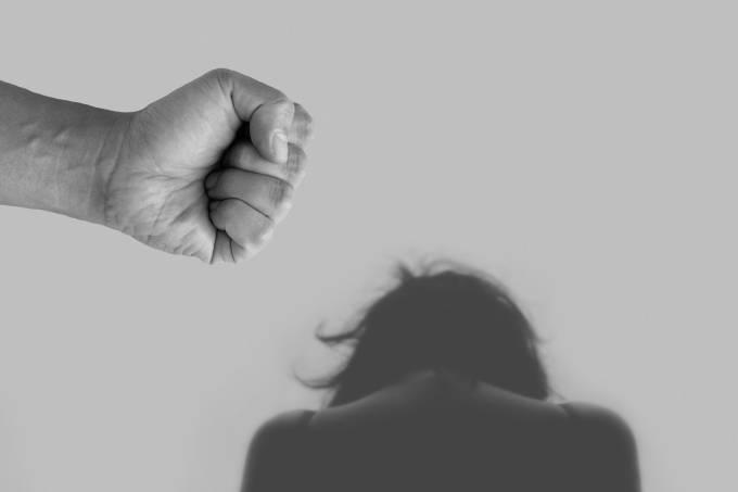 """Arte mostrando um punho e uma vítima de violência doméstica para a pauta """"Casos de violência doméstica em condomínios aumentam 50% durante a pandemia"""" para o Blog da Estasa"""